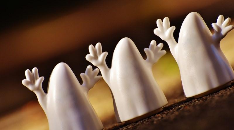 Geisterstatuen die das Halloween symbolisieren